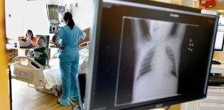 Un monitor muestra una placa de rayos X en un hospital (© AP Images)