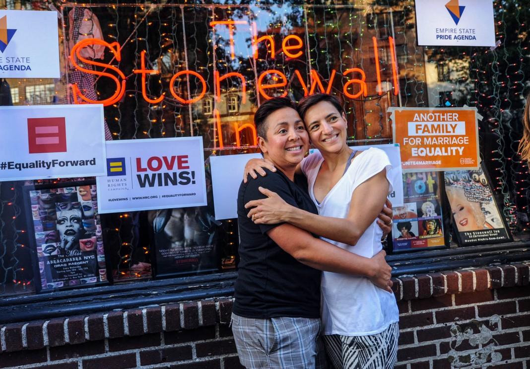 دو زن همدیگر را در آغوش گرفته اند. (عکس از آسوشیتدپرس)