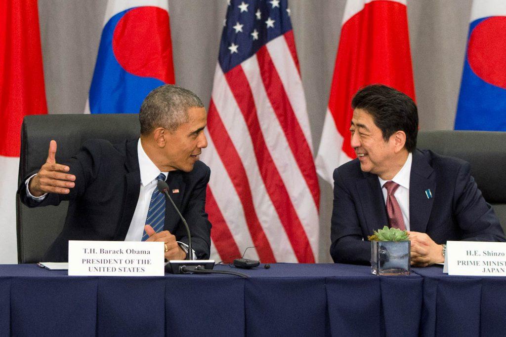 باراک اوباما و شینزو آبه بر سر میز کنفرانس با یکدیگر سخن می گویند. (عکس از آسوشیتد پس)