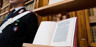 مردی از یک کتاب که در آن نامه نوشته کریستف کلمب قرار دارد، محافظت می کند. (عکس از آسوشیتدپرس)