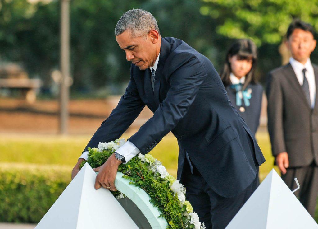O presidente Obama deposita uma coroa de flores (© AP Images)