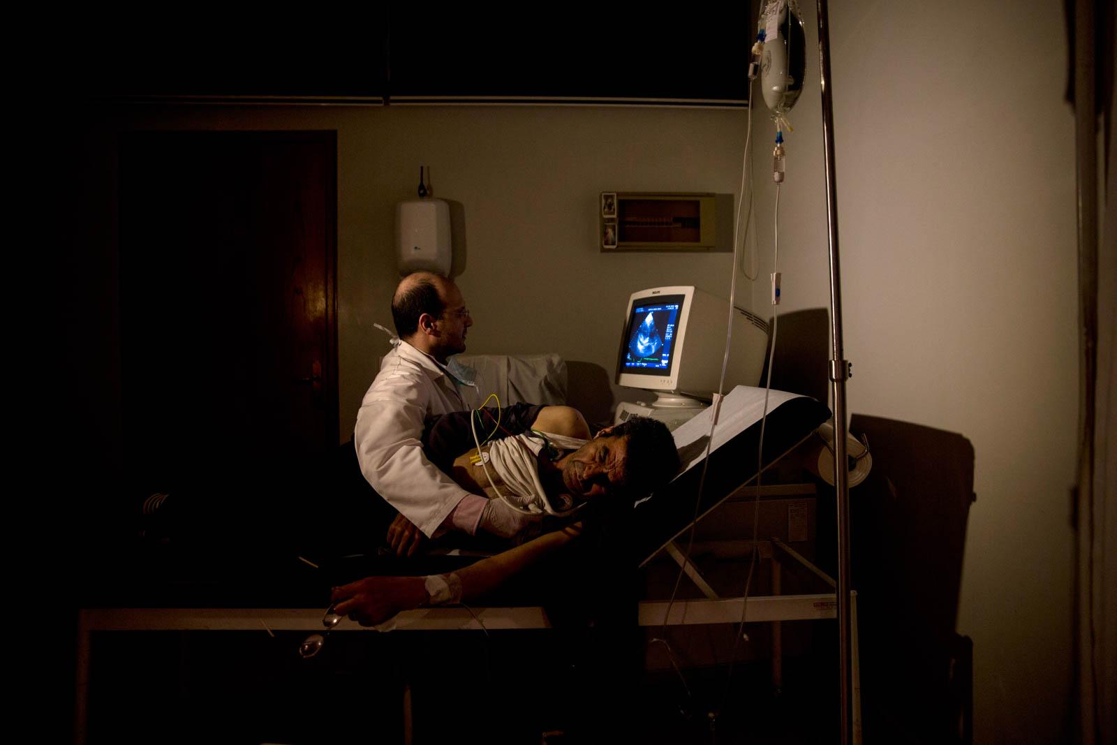 Мужчина проходит медицинское обследование (Ливан) (© AP Images)