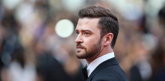 Justin Timberlake walking among crowd (© AP Images)