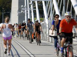 مردم سوار بر دوچرخه هایشان از پل تیلیکام کراسینگ پورتلند عبور می کنند. (عکس از آسوشیتدپرس)