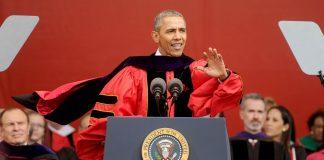 El presidente Obama vistiendo una toga académica en un podio, gesticulando (© AP Images)