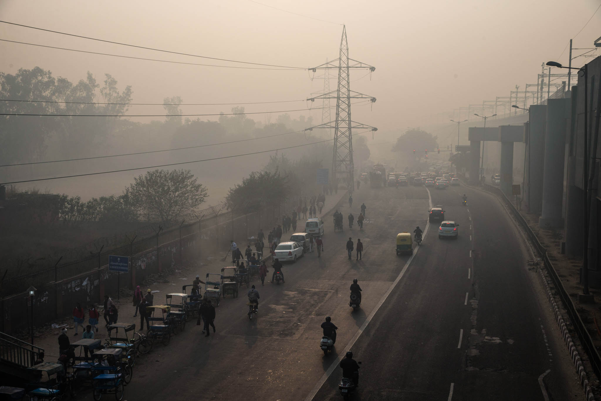 Esmog sobre una calle concurrida (© AP Images)