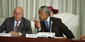 Nelson Mandela speaking to F.W. de Klerk (© AP Images)