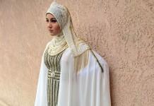 Muchacha vestida de largo con un atuendo blanco y velo en la cabeza posando contra una pared (Foto cedida por Zarifeh Shalabi)