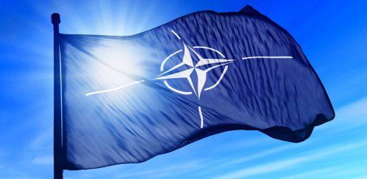 Развевающийся флаг НАТО (Shutterstock)