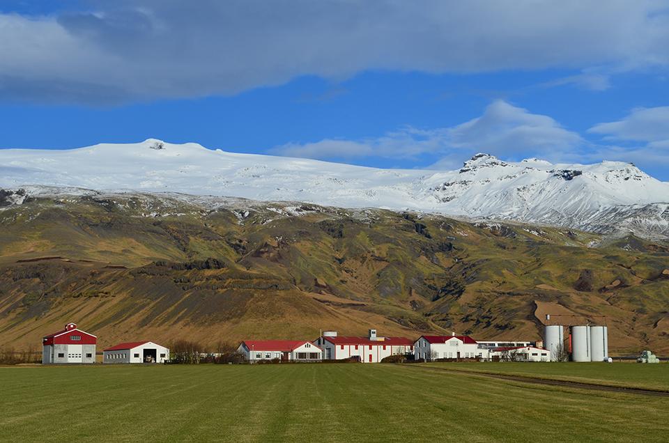 Farm near Myrdalsjokull ice cap in southeast Iceland (© Kevin Krajick)