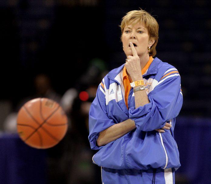 Pat Summitt con una pelota de baloncesto (© AP Images)
