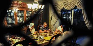 یک خانواده مسلمان در حال صرف افطار در منزل خود در کالیفرنیا. (عکس از آسوشیتدپرس)