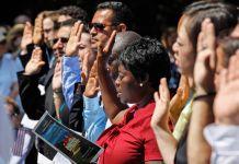 مردم در حالی که دست هایشان را بلند کرده اند سوگند وفاداری ایراد می کنند. (عکس از آسوشیتد پرس)
