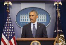 El presidente Obama habla ante un atril (© AP Images)