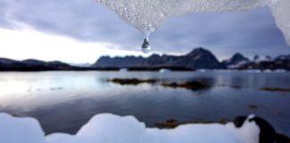 Setetes air tergantung dari gunung es yang mencair (© AP Images)