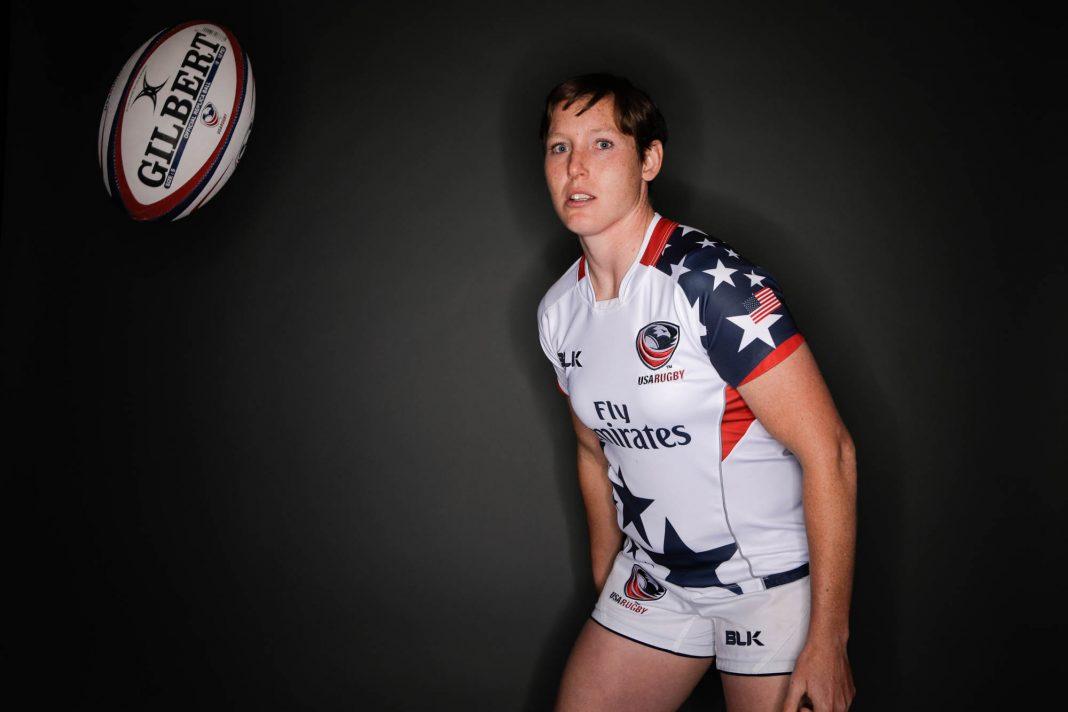 Pelota de rugby suspendida frente a una mujer (© AP Images)