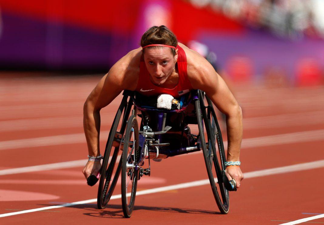 Una mujer compite en una pista de atletismo en una silla de ruedas (© AP Images)