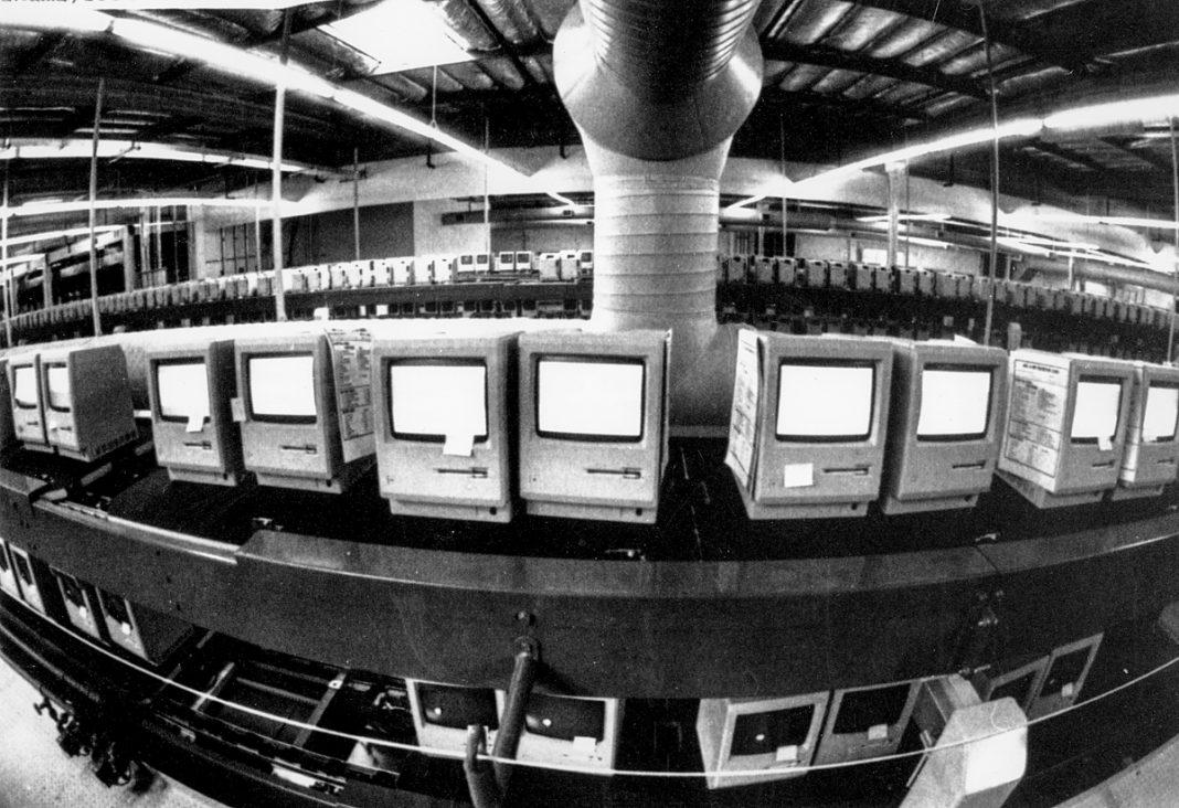 Des ordinateurs Macintosh d'Apple sur la chaîne de production d'une usine (© AP Images)