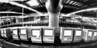 Komputer Apple Macintosh dites selama 48 jam sebelum dikirim pada 1984. (© AP Images)
