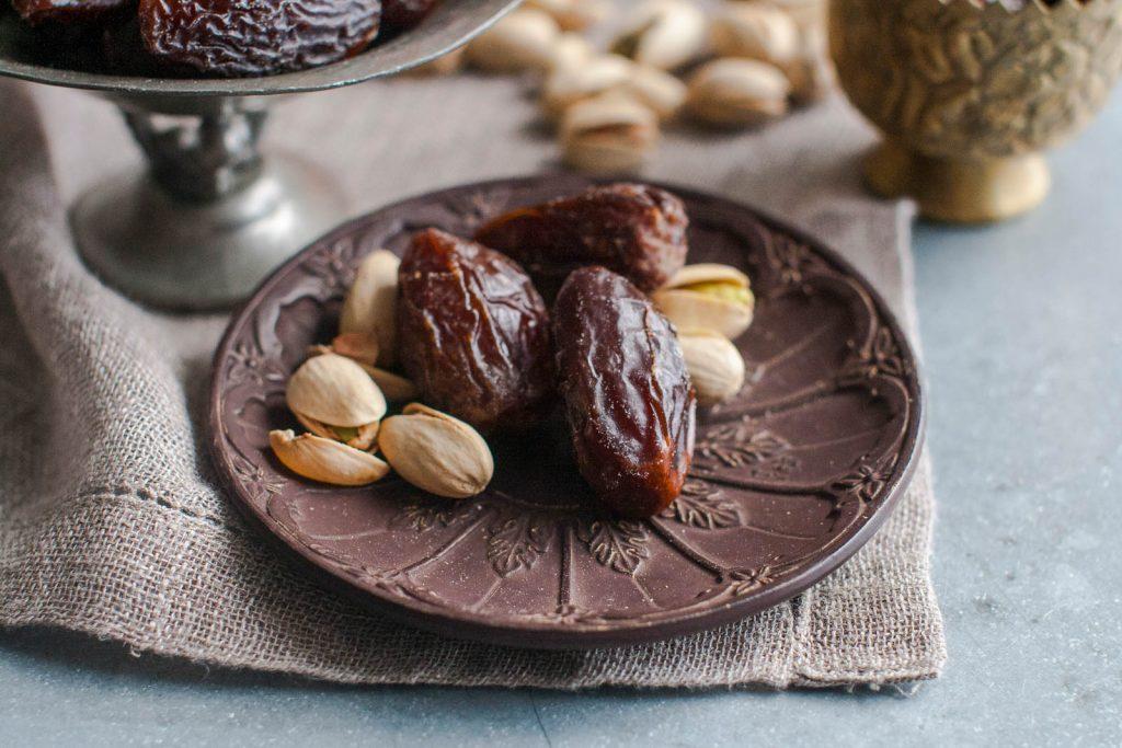 Petite assiette contenant des dattes et des pistaches (© AP Images)