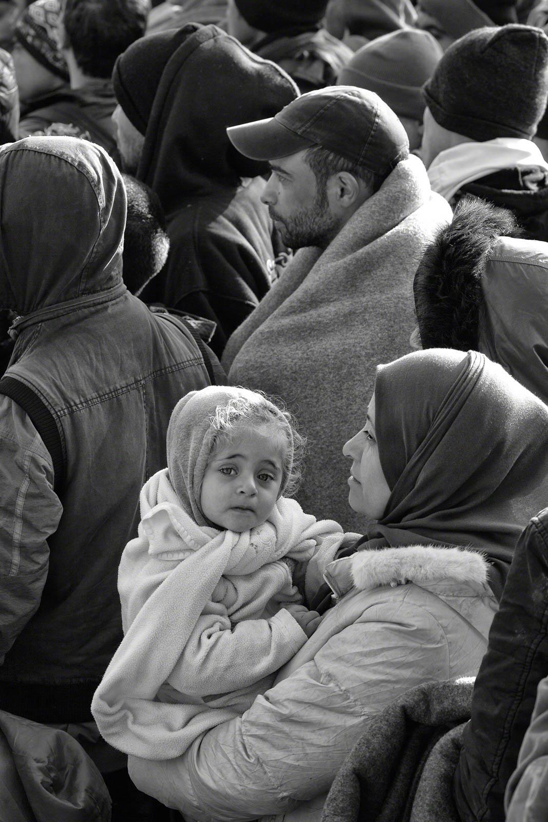 امرأة تحمل طفلا وسط حشد من الناس (© Tom Stoddart/Getty Images/Courtesy of Annenberg Space for Photography)