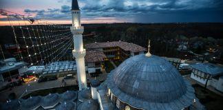 Vue aérienne d'une mosquée, de nuit (Crédit photo : Diyanet Center of America)