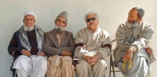 Said Hashimi, Ghaosdin Tukhi, Abdul Kormand, dan Fazal Farrooqi berkumpul di masjid Islamic Society of Orange County di Garden Grove, California. (© Getty Images/Ann Johansson)