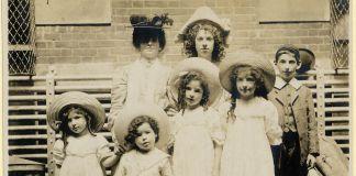 Quatre fillettes, deux garçons en vêtements d'époque (NPS Photo)