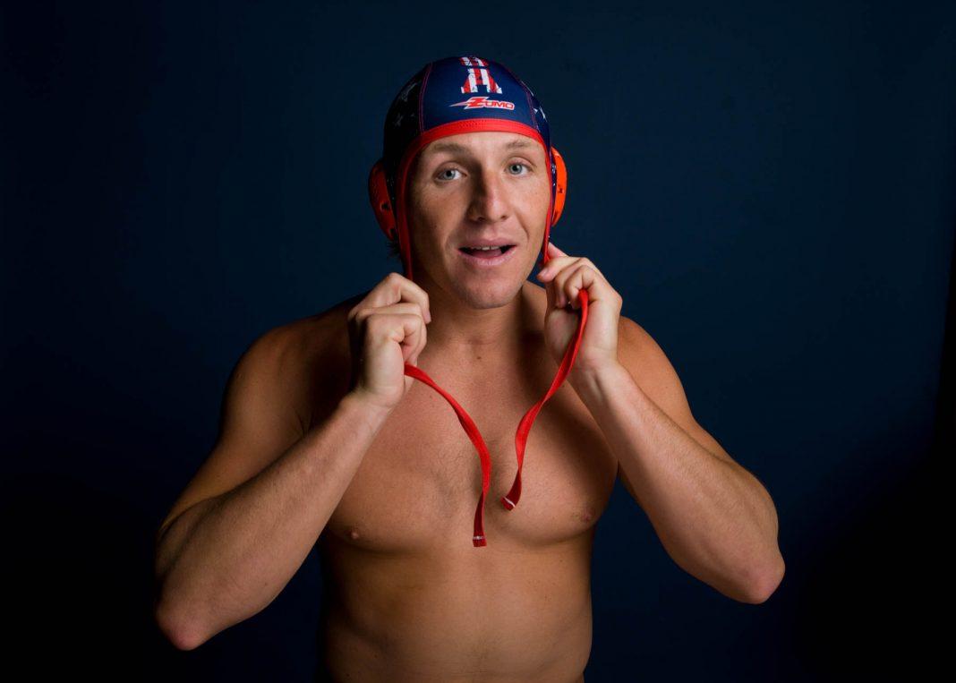 Azevedo coloca toca de polo aquático na cabeça (© AP Images)