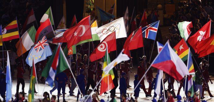 Banderas desplegadas durante la ceremonia de clausura de los Juegos Olímpicos de Londres (© AP Images)