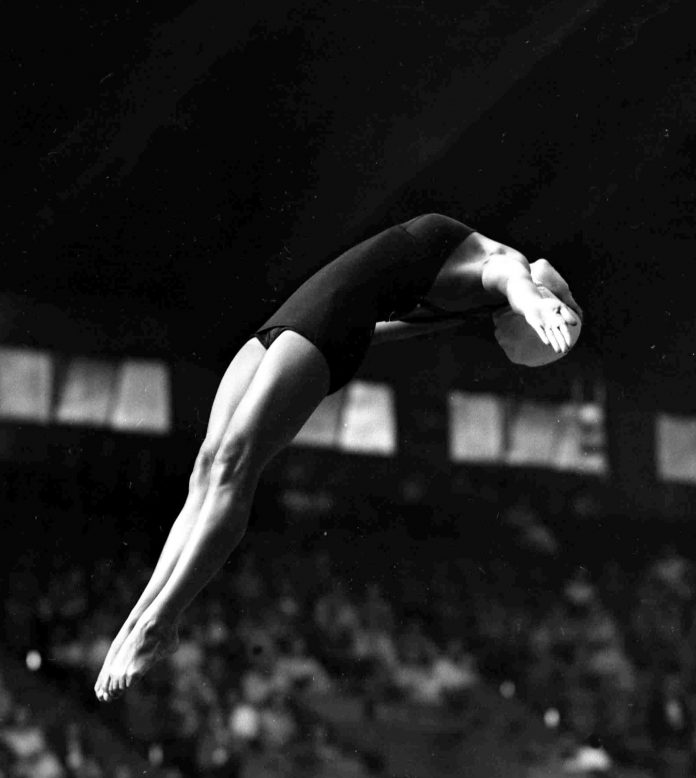 Vicki Draves faisant un plongeon arrière (© AP Images)