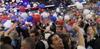 Globos cayendo en un estadio lleno de gente (© AP Images)