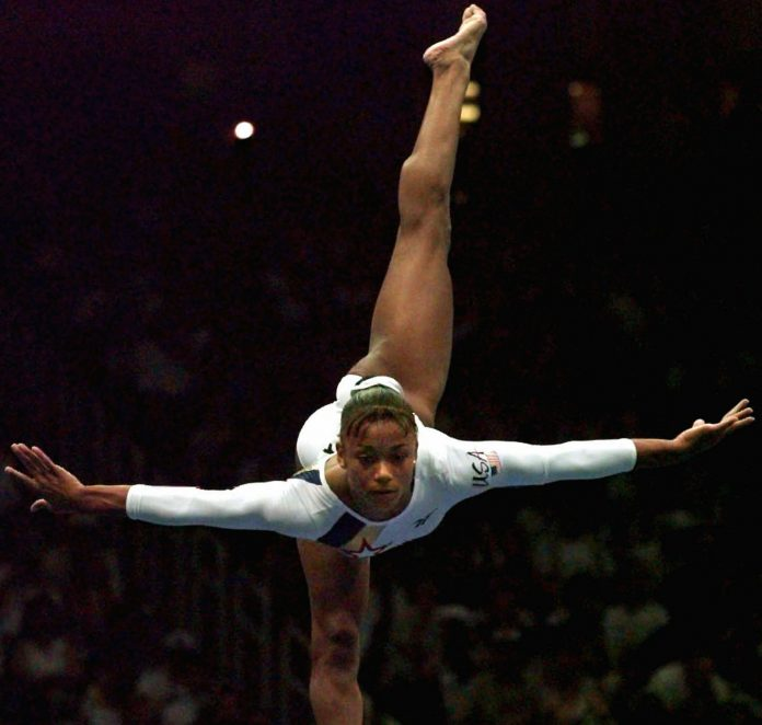 Dominique Dawes se apresenta na trave de equilíbrio (© AP Images)