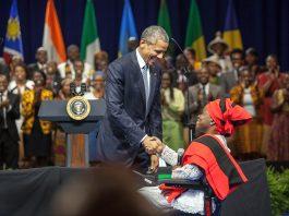 Le président Obama en train de serrer la main de Grace Jerry, sous les applaudissements de la foule (Département d'État/D.A. Peterson)