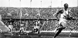 Jesse Owens cruza la línea de meta durante una carrera en un gran estadio (© Alamy/INTERFOTO)