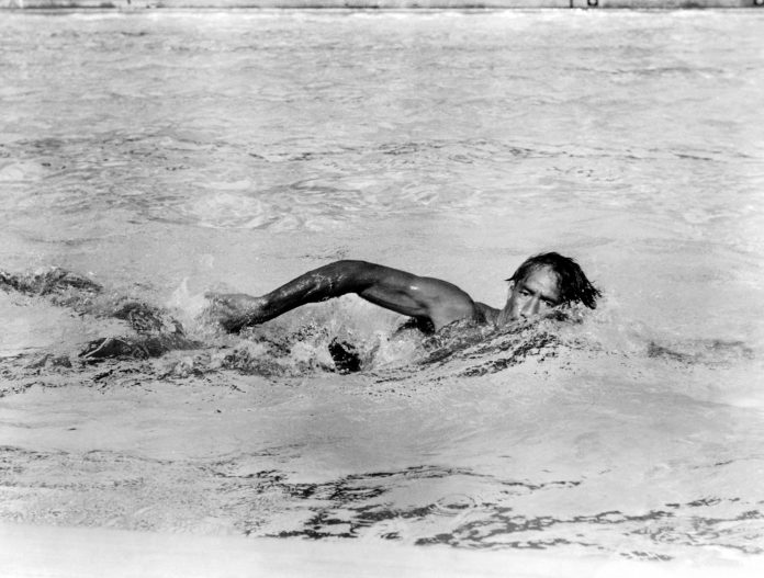 Duke Kahanamoku nadando (© Everett Collection Historical/Alamy)