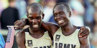 Deux coureurs se tenant par les épaules après une course (© Getty Images/Patrick Smith)