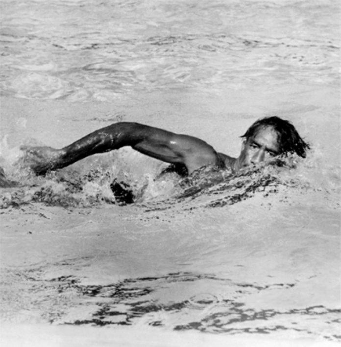 Duke Kahanamoku en train de nager (© Everett Collection Historical/Alamy)