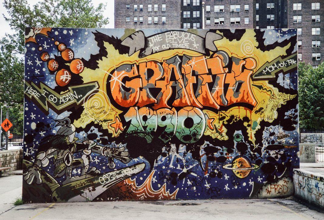 Mural con graffiti (© Charlie Ahearn)