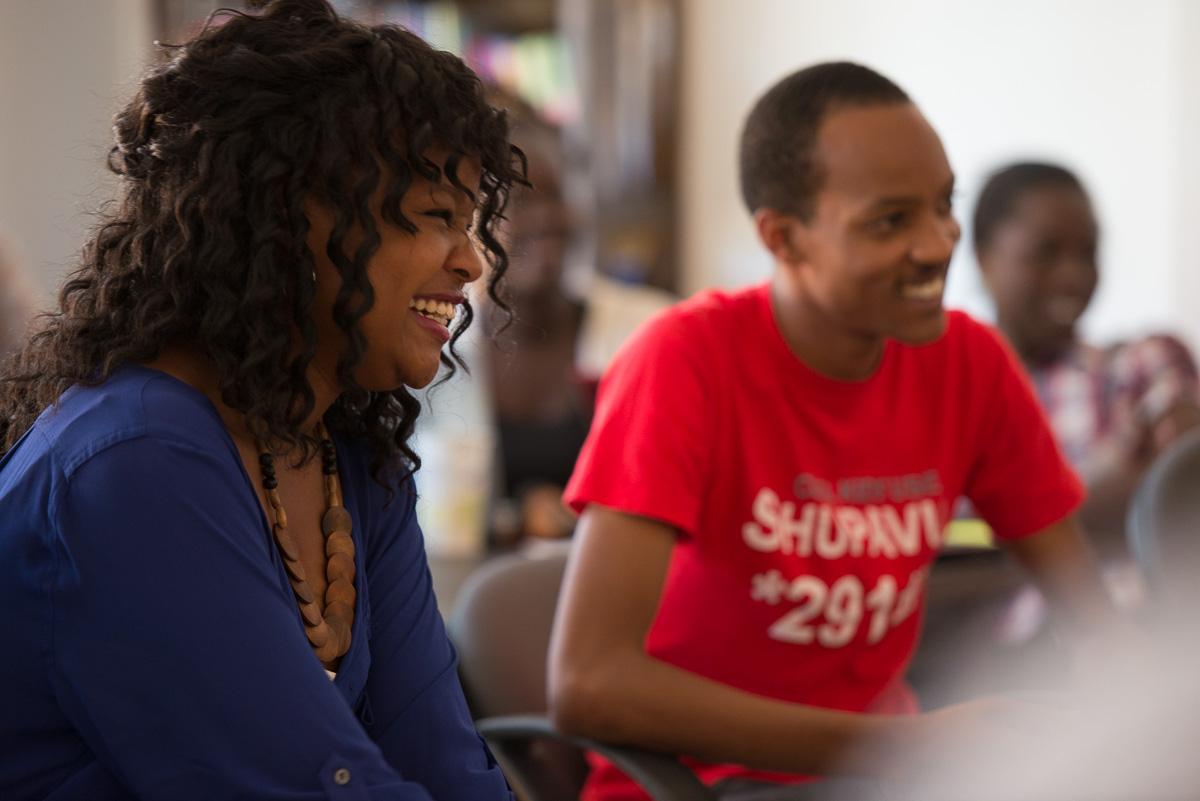 Американский преподаватель Тони Маравилья и кенийский технолог Каго Кагичири сидят, улыбаясь (Courtesy of Eneza Education)