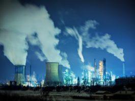 Pembangkit listrik bercerobong asap memancarkan karbon dioksida dan gas rumah kaca (Shutterstock)