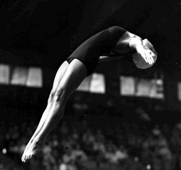 Vicki Draves saltando de costas (© AP Images)