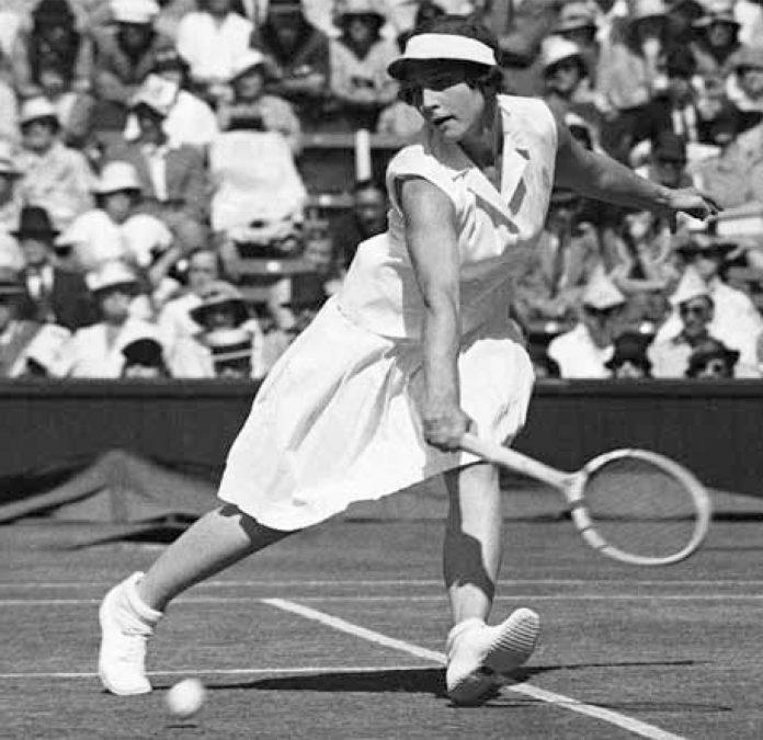 Helen Wills Moody jouant au tennis (© AP Images)