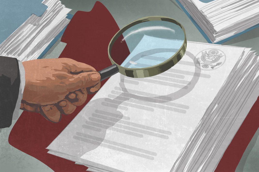 Desenho de uma mão segurando lupa sobre arquivos com selo do governo (Depto. de Estado/D. Thompson)