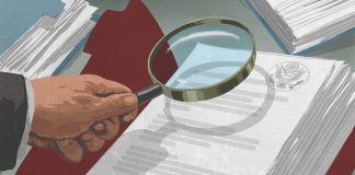 Ilustración de una mano sujetando una lupa sobre documentos con el sello del gobierno (Depto. de Estado/D. Thompson)