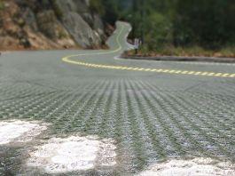 Representación artística de una carretera solar con luces brillantes en paneles en primer plano (Foto cedida por Rolar Roadways)