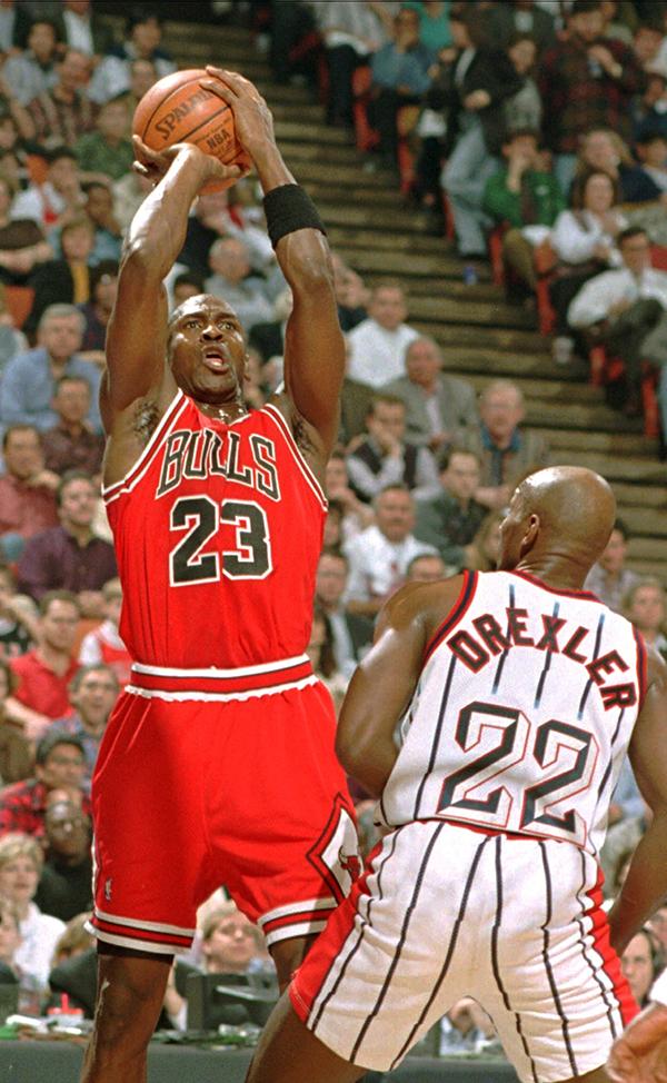 Michael Jordan fazendo um arremesso (© AP Images)
