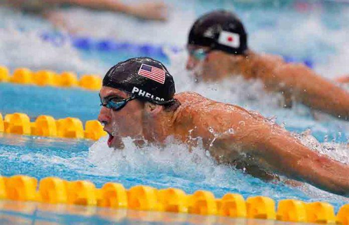 Michael Phelps nadando em competição (© Alamy)