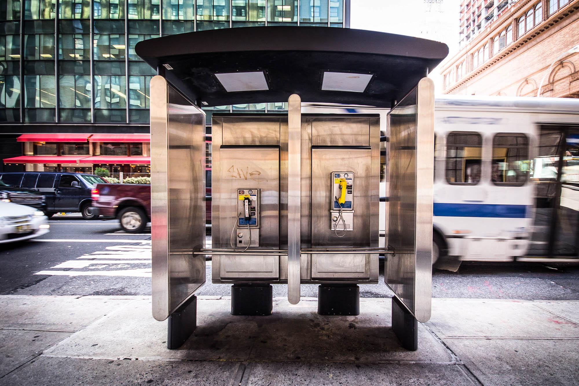 Telefones públicos em uma calçada da cidade (Shutterstock)