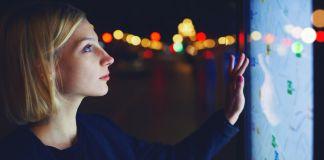Женщина изучает дигитальную карту (Shutterstock/State Dept./J. Maruszewski)